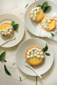 Tartlettes Au Citron recipe (is in french) Lemon Curd Tartlets, Mini Lemon Tarts, Lemon Recipes, Fruit Recipes, Sweet Recipes, Sweet Pastries, French Pastries, Petite Meringue, Mini Tortillas