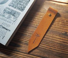The Leather bookmarks is made of a single piece of quality Goat skin leather from Japan. It's great for anyone who reads! Material: - Quality Goat skin leather from Japan (0.75 - 0.82 mm thickness) -