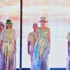 """@Heinekenid Light bersama @DanjyoHiyoji meluncurkan special vacation collection """"Albesen"""" pada acara Heineken Light Here Light Now Party. Pagelaran fashion show ini mengusung konsep berlibur yang menampilkan 25 vacation collection untuk pria dan wanita. Koleksi kali ini didominasi dengan warna putih sentuhan hijau serta bahan hologram yang dipadukan dengan bubble wraps dan detail pita hijau transparant. Memukau! . . #HeinekenLight #ChooseLight #GraziaFashion #GraziaIndonesia Akreditasi…"""