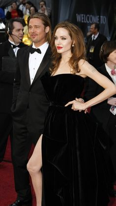 Brad Pitt and Angelina Jolie at the Oscars 2012 Brad And Angie, Brad Pitt And Angelina Jolie, Thelma Et Louise, Oscars 2012, Versace Gown, Vip Fashion Australia, Stylish Clothes For Women, Hot Couples, Celebs