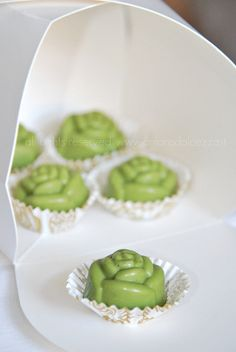 matcha chocolates via Sandra Angelozzi Matcha Cake, Green Tea Recipes, Chocolates, Matcha Green Tea Powder, Tea Cakes, C'est Bon, Chocolate Recipes, Cooking Recipes, White Chocolate