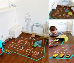 un circuit pour les petites voitures en masking tape !