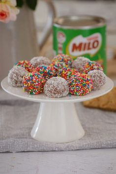 Kids Meals The easiest MILO WEET-BIX BALLS made from just 4 ingredients (Weet-Bix, Milo, condensed milk and coconut) … and only 10 minutes prep time! Köstliche Desserts, Delicious Desserts, Dessert Recipes, Yummy Food, Drink Recipes, Cake Recipes, Milo Recipe, Biscuit Recipe, 4 Ingredient Recipes