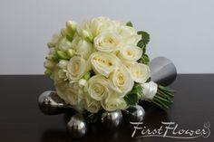 Buchet mireasa trandafiri albi si frezii albe