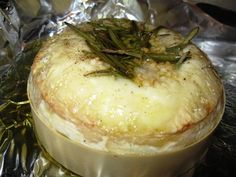 Appetizer recipe : Oven-Baked Garlic & Rosemary Camembert - serve with slices of french bread. No Carb Snacks, Low Carb Appetizers, Finger Food Appetizers, Best Appetizers, Appetizer Recipes, Healthy Snacks, Low Carb Vegetarian Recipes, Healthy Recipes, Baked Camembert