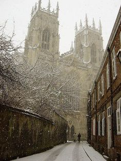 I've never seen York Minster in the winter, but I love this photo. York Minster is probably the most beautiful cathedral I've ever seen. York England, York Uk, York Minster, Oh The Places You'll Go, Places To Visit, England And Scotland, English Countryside, Snowy Day, Kirchen