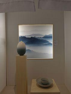 Sala toda branca com fotografia em destaque na Maison & Objet, em Paris.