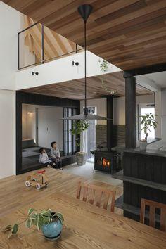 建築家:ALTS DESIGN OFFICE「「末広の家」薪ストーブ・吹抜・焼杉」