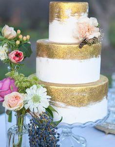 Adoramos bolos com toques de dourado. Esta inspiração combina com diversos estilos de casamento, do boho ao clássico!