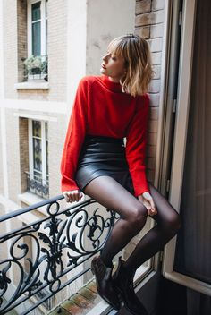 Roter Rollkragenpullover schwarzer Lederminirock schwarze Strumpfhose und in 2020 Valentine Outfits For Women, Valentines Outfits, Holiday Outfits, Fall Outfits, Outfits With Red, Party Outfits, Black Leather Skirt Outfits, Black Tights Outfit, Red Sweater Outfit