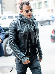 Justin Theroux is ready for FALL! Check him out rockin' a leather jacket and scarf, topped off with classic aviator shades in the Big Apple!