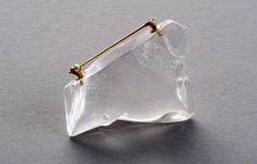 Lin Cheung Brooch: Corner of a Plastic Bag, 2015 Rock crystal from Victoria, Australia, 18ct gold, hand carved, lapidary work 5 x 1.5 x 4 cm © By the author. Read Klimt02.net Copyright.