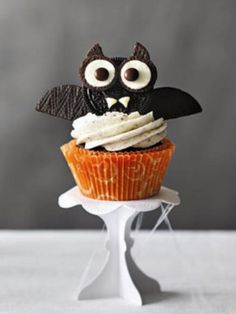 Get a little creative in the kitchen this Halloween with these kid-pleasing cookie bat cupcakes!