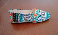 Alpargata inteiramente artesanal, feita em tecido com estampa étnica e solado de borracha.