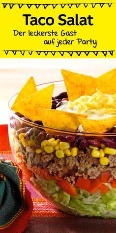 Ein echter Klassiker, der bei jeder Party gut ankommt ist dieser leckere Schic… A real classic that goes down well with every party is this delicious layered salad with tacos Taco Salad Recipes, Mexican Food Recipes, Snack Recipes, Healthy Recipes, Drink Recipes, Healthy Foods, Comida Diy, Healthy Eating Tips, Healthy Nutrition