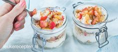 Dit gezonde gerecht met laagjes appel en yoghurt is zowel heerlijk als ontbijt of als gezond toetje Pancake Dessert, Trifle, Milkshake, No Bake Cake, Granola, Acai Bowl, Potato Salad, A Food, Pancakes