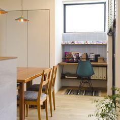 . ワークスペースの作り方は、それぞれですが 写真のように部屋の一角に造作でつくるのも すっきりします。 ワークスペースの上部の窓が ダイニングに明るさをもたらしてくれます。 #ワークスペース #勉強机 #造作 #造作建具 #イームズチェア #タイル #アイアン #本棚 #壁掛け棚 #ファイヤーキング #真鍮 #ペンダントライト #ダイニング #マガジンラック #窓 #キッチン #自分らしい暮らし #注文住宅新築 #設計士と直接話せる #設計士とつくる家 #コラボハウス #インテリア #愛媛 #香川 #デザイナース住宅