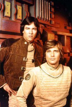 """Battlestar Galactica (1978).En el séptimo milenio, la Estrella de Combate """"Galáctica"""" vaga por la inmensidad del espacio. La alianza robótica de los Cylones ha destruido los Doce Mundos del Hombre, y las defensas coloniales han sido aniquiladas. Sólo queda la flota de Estrellas de Combate"""