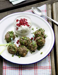 Orient-Hackbällchen mit Minzjoghurt - Rezepte - [LIVING AT HOME] Healthy Eating Tips, Healthy Nutrition, Beef Recipes, Healthy Recipes, Ramadan Recipes, Vegetable Drinks, Wonderful Recipe, Skinny Recipes, Food Menu