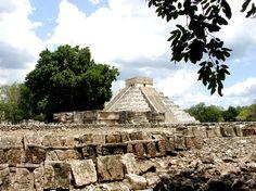 Chichén Itzá, es la más impresionantes de las ruinas de la civilización Maya. El edificio más conocido es El Castillo. / Chichén Itzá, the most famous Mayan ruina. One of the most impressive structures, The Castle, is a 98-foot pyramid crowned by a temple dedicated to Kukulcán.