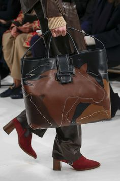Tod's Fall 2018 Ready-to-Wear collection, runway looks, beauty, models, and reviews.