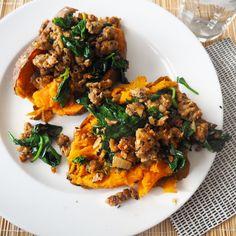 Gepofte zoete aardappel met spinazie en kipgehakt- 3 zoete aardappels, 1 el kokosolie, 2 knoflook, 1 ui, 300g kipgehakt, 1/2tl tabasco, 1tl knoflookpoeder,1,5el paprikapoeder,1/2tl kaneel,2tl komijn, 400g spinazie vers, zout,peper,1el knoflooksaus- oven 225C,prik meerdere gaatjes in aardappels,verpak p/st in aluminium,50min oven, ui fruiten in kokosolie+knoflook, kipgehakt+kruiden bakken, als gaar spinazie erbij+peper+zout, aardappel uit oven,in lengte snijden,middelste prakken+mengsel…