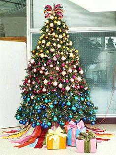 Uma árvore de natal tradicional mas muito colorida