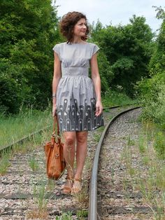 Another gorgeous Anna dress, By Hand London pattern. I wanna buy this pattern, but it's sold out at the wesewretro website... and ordering it from the UK would probably add prohibitive shipping costs. *woe*