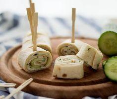 Wrap hapjes met kipfilet, komkommer en heksenkaas een heerlijk hapje voor bij de borrel, een verjaardag of andere gelegenheid.