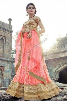 Or Velvet Lehenga Choli Avec Art soie rose Dupatta Conception no- DMV7279 Prix- 225,81 € Type de robe: Lehenga Tissu: Velvet Couleur: Or Décoration: brodé, Resham, pierre, Zari Pour plus de détails: http://www.andaazfashion.fr/womens/lehenga-choli/occasion/bridal-wear-lehenga-choli/gold-velvet-lehenga-choli-with-pink-art-silk-dupatta-dmv7279.html