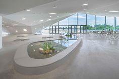 FRACTAL estudio + arquitectura: Un museo cubierto de hierva con una pasarela en la azotea