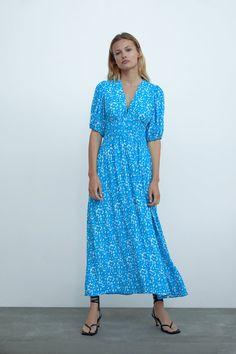 Noutăți în moda de damă | ZARA România Stitch Fix Dress, Zara Fashion, Zara Dresses, Zara Women, Covered Buttons, V Neck Dress, Dress To Impress, Short Sleeve Dresses, Style Inspiration