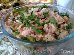 Салат с тунцом, черешковым сельдереем, зеленью и отварной  фасолью