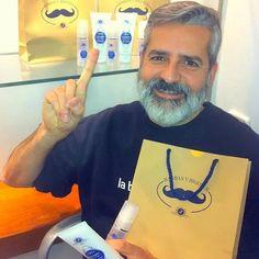 Jordi de La barberia de Gracias con productos V7. Jordi owner of Barberia de Gracia with V7 products. Beards, mustaches, shaving, barbas y bigotes, afeitado.