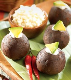 """Bolitas de frijol rellenas""... ¡Una botana deliciosa y muy original! Mexican Appetizers, Appetizer Dips, Mexican Food Recipes, Snack Recipes, Healthy Recipes, Deli Food, Snacks Saludables, Latin Food, Cooking Time"