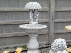Záhradná betónová fontána so súsoším.