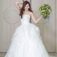 * * 洗練された大人の女性のための ウェディングドレス。 この夏発表の#THELOVEL の《THE LADY》 *  たおやかに揺れるようなカッティングを施し、 ナチュラルな無造作感を取り入れました。 海外のウェディングのように、 肩に力を入れず着てほしい1着です。  Dress:L5004  #thelovel #fivestarwedding #wedding  #weddingdress #bridal #プレ花嫁 #プレ花嫁卒業 #花嫁 #結婚式準備  #結婚式 #ノートルダム #ファイブスターウェディング #ウェディング#instawedding #instabride #weddingday #ブライダル #marry #2017春婚 #ウエディングドレス #ドレス試着 #2016wedding #2016夏婚 #2016秋婚 #卒花嫁  #日本中のプレ花嫁さんと繋がりたい#KCE #関西コレクション#カラードレス