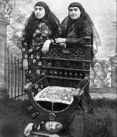 عصمتالدوله و فخرالتاج به همراه پدرشان، ناصرالدین شاه
