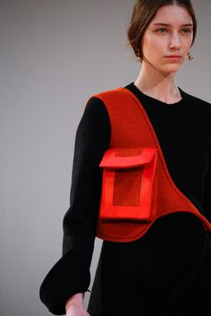Céline Fall 2015 Ready-to-Wear Fashion Show Details The complete Celine Fall 2015 Ready-to-Wear fashion show now on Vogue Runway. Fashion Details, Look Fashion, Fashion Bags, Runway Fashion, Fashion Show, Fashion Design, Fall Fashion, Vogue Fashion, Fashion Models