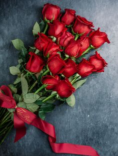 Red roses bouquet on the table Free Phot. Beautiful Flowers Wallpapers, Beautiful Rose Flowers, Beautiful Flower Arrangements, Red Flowers, Floral Flowers, Romantic Roses, Floral Arrangement, Love Rose Flower, Photo Rose