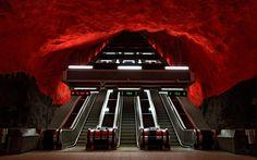 Ya hemos hablado en la página del metro de Moscú como el más bonito del mundo, sin embargo hay otros que no se quedan a la zaga. Por ejemplo el de Estocolmo, absolutamente espectacular, así da gusto viajar por la ciudad...