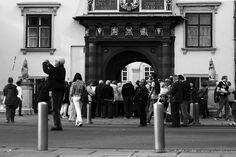 AM SCHWEIZER TOR   Eines der beliebtesten Fotomotive innerhalb der Wiener Hofburg. Hier führt kein Weg daran vorbei ;-) Vienna, Street View, Walking, Pictures, Photo Mural, Swiss Guard, October, Walks, Hiking