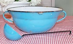 ENAMELWARE GUIDE: Learn the history behind this fun kitchen collectible, see examples, and learn price ranges. Vintage Enamelware, Vintage Kitchenware, Old Kitchen, Kitchen Items, Enamel Ware, Enamel Dishes, Punch Bowls, Washing Dishes, Price Guide