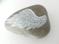 Engelenvleugel op steen geschilderd Angel wing painted on rock