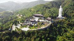 A mediados de este mes de abril abre sus puertas al público el monasterio de Tsz Shan, un fastuoso templo budista levantado en la parte continental de #HongKong, cerca de la frontera con China. Erigido en el distrito de Tai Po, en una frondosa colina con espectaculares vistas al mar, está presidido por una descomunal estatua de bronce de Guanyin, el «Bodhisattva» («iluminado»). Con 76 metros, incluyendo el pedestal, dobla al Buda gigante de la isla de Lantau, también en Hong Kong.