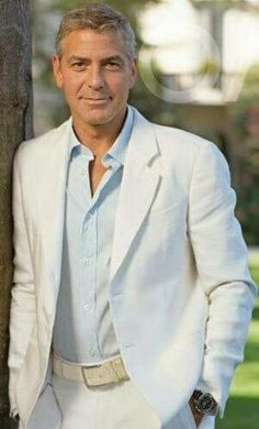 George Clooney shows us how to wear a cream colored linen suit.but in his case, who cares what he's wearing :) Groomsmen Beach Attire, Groomsmen Suits, Mens Suits, Suit Men, George Clooney, Beach Wedding Suits, Formal Wedding Attire, Costume Blanc, White Suits