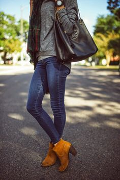 how come this never looks this good on me? BLANKETED / Skinny Stretch Jeans, Sweatshirt with Plaid Scarf, Black Leather Handbag and Brown Boots. Fashion Moda, New Fashion, Womens Fashion, Fall Fashion, Fashion Shoes, Fall Winter Outfits, Autumn Winter Fashion, Look Chic, Bunt