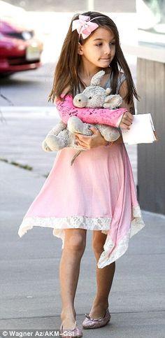 #SuriCruise sporting a pink arm cast.