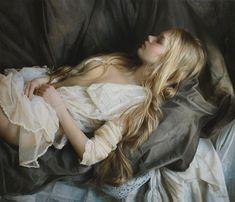 Полуобнажённая девушка во сне.