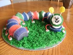 Caterpiller Cupcake Cake ~ adorable! Pull Apart Cupcake Cake, Pull Apart Cake, Preschool Snacks, Abc Preschool, Baby Birthday, Birthday Ideas, Cookie Pops, Small Cake, Bakery Cakes